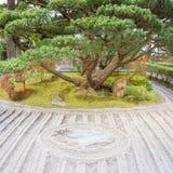 Ιαπωνική πέτρα περισυλλογής κήπων κήπων της ZEN zen στην άμμο γραμμών στοκ φωτογραφία με δικαίωμα ελεύθερης χρήσης