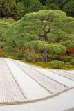 Ιαπωνική πέτρα περισυλλογής κήπων zen στην άμμο γραμμών στοκ εικόνες με δικαίωμα ελεύθερης χρήσης