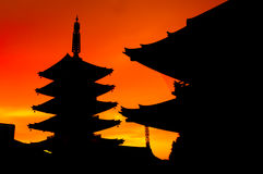 Ιαπωνική σκιαγραφία ναών Senso-senso-ji κατά τη διάρκεια του ηλιοβασιλέματος Στοκ Εικόνες