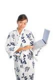 ιαπωνική χρησιμοποίηση lap-top κ στοκ εικόνα με δικαίωμα ελεύθερης χρήσης