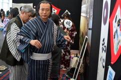 Ιαπωνικοί άνδρες και γυναίκες που ντύνουν το κιμονό Στοκ Εικόνα
