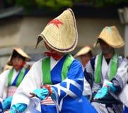 Ιαπωνικοί λαϊκοί χορευτές που φορούν τα καπέλα αχύρου Στοκ Εικόνες