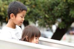 Ιαπωνικοί αδελφός και αδελφή στη φωτογραφική διαφάνεια Στοκ εικόνα με δικαίωμα ελεύθερης χρήσης