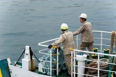 Ιαπωνικοί εργαζόμενοι πορθμείων που περιμένουν να ελλιμενίσει Στοκ Εικόνες