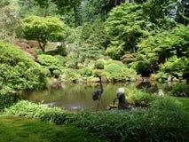 Ιαπωνικοί κήποι με τη λίμνη ορίζοντας του Πόρτλαντ Στοκ φωτογραφία με δικαίωμα ελεύθερης χρήσης