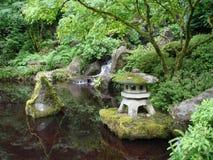 Ιαπωνικοί κήποι με τη λίμνη ορίζοντας του Πόρτλαντ Στοκ Εικόνα