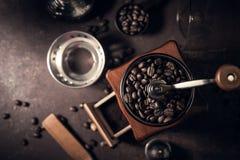 Ιαπωνικοί κατασκευαστής καφέ σιφωνίων και μύλος καφέ στοκ φωτογραφίες με δικαίωμα ελεύθερης χρήσης