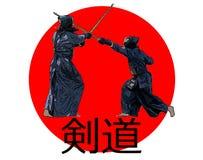 Ιαπωνικοί μαχητές kendo με τα ξίφη μπαμπού στη σημαία της Ιαπωνίας Στοκ Φωτογραφίες