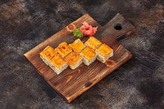 Ιαπωνικοί ρόλοι maki σουσιών τροφίμων στον ξύλινο πίνακα Στοκ εικόνες με δικαίωμα ελεύθερης χρήσης