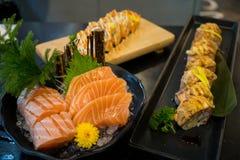 Ιαπωνικοί sashimi κινηματογραφήσεων σε πρώτο πλάνο σολομός και σούσια Στοκ Εικόνες