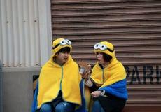 Ιαπωνικός έφηβος του κοριτσιού και του αγοριού στην κουκούλα και κάλυμμα του minion στα UNIVERSAL STUDIO Ιαπωνία Στοκ Εικόνα