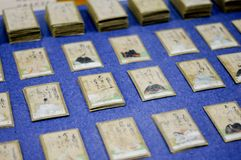 Ιαπωνικός αγώνας καρτών ποιήματος που παρατάσσεται Υπάρχουν 2 τύποι καρτών που είναι για την ανάγνωση και τη λήψη Οι ιαπωνέζοι πα στοκ φωτογραφία με δικαίωμα ελεύθερης χρήσης