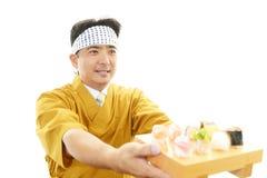 Ιαπωνικός αρχιμάγειρας με ένα πιάτο των σουσιών Στοκ φωτογραφία με δικαίωμα ελεύθερης χρήσης