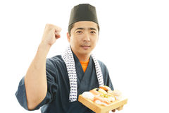 Ιαπωνικός αρχιμάγειρας με ένα πιάτο των σουσιών Στοκ φωτογραφίες με δικαίωμα ελεύθερης χρήσης
