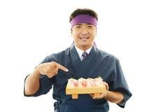 Ιαπωνικός αρχιμάγειρας με ένα πιάτο των σουσιών Στοκ Εικόνα