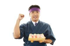 Ιαπωνικός αρχιμάγειρας με ένα πιάτο των σουσιών Στοκ εικόνα με δικαίωμα ελεύθερης χρήσης