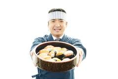 Ιαπωνικός αρχιμάγειρας με ένα πιάτο των σουσιών Στοκ εικόνες με δικαίωμα ελεύθερης χρήσης