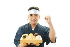 Ιαπωνικός αρχιμάγειρας με ένα πιάτο των σουσιών Στοκ Εικόνες