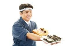 Ιαπωνικός αρχιμάγειρας με τα σούσια Στοκ Φωτογραφία