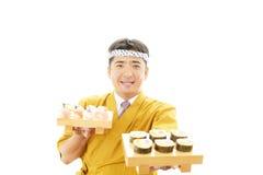 Ιαπωνικός αρχιμάγειρας με τα σούσια Στοκ φωτογραφία με δικαίωμα ελεύθερης χρήσης