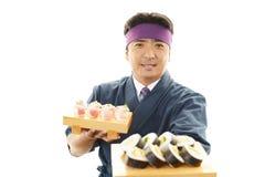 Ιαπωνικός αρχιμάγειρας με τα σούσια Στοκ εικόνα με δικαίωμα ελεύθερης χρήσης