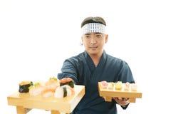 Ιαπωνικός αρχιμάγειρας με τα σούσια Στοκ Εικόνες