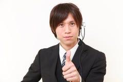 Ιαπωνικός επιχειρηματίας με τους αντίχειρες επάνω στη χειρονομία Στοκ φωτογραφίες με δικαίωμα ελεύθερης χρήσης