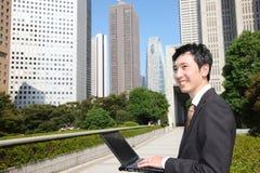 Ιαπωνικός επιχειρηματίας με το computer  Στοκ εικόνες με δικαίωμα ελεύθερης χρήσης