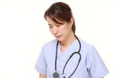 Ιαπωνικός θηλυκός γιατρός που πιέζεται Στοκ φωτογραφία με δικαίωμα ελεύθερης χρήσης