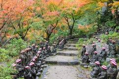 Ιαπωνικός κήπος φθινοπώρου με τα μικρά αγάλματα του Βούδα daisho-σε Te Στοκ Εικόνες