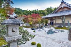 Ιαπωνικός κήπος zen κατά τη διάρκεια του φθινοπώρου στο ναό Enkoji στο Κιότο, Ιαπωνία Στοκ Εικόνα