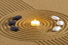 Ιαπωνικός κήπος zen με τη σύσταση στην άμμο στοκ εικόνα