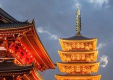 Ιαπωνικός κόκκινος μπλε ουρανός παγοδών και βραδιού σε Sensoji Asakusa Στοκ Εικόνες