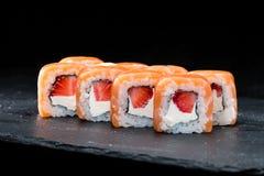 ιαπωνικός παραδοσιακός κουζίνας Γλυκοί ρόλοι σουσιών με το σολομό, cre Στοκ εικόνα με δικαίωμα ελεύθερης χρήσης