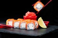 ιαπωνικός παραδοσιακός κουζίνας Διαδικασία τους ρόλους σουσιών με Στοκ Εικόνα
