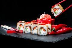 ιαπωνικός παραδοσιακός κουζίνας Διαδικασία τους ρόλους σουσιών με Στοκ εικόνα με δικαίωμα ελεύθερης χρήσης