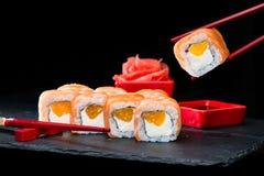 ιαπωνικός παραδοσιακός κουζίνας Διαδικασία τους ρόλους σουσιών με Στοκ φωτογραφίες με δικαίωμα ελεύθερης χρήσης