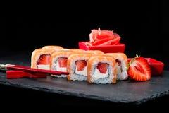 ιαπωνικός παραδοσιακός κουζίνας Εκλεκτική εστίαση στα γλυκά σούσια rol Στοκ φωτογραφία με δικαίωμα ελεύθερης χρήσης