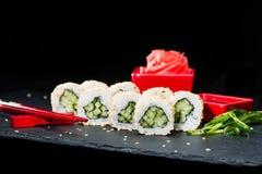 ιαπωνικός παραδοσιακός κουζίνας Η εκλεκτική εστίαση στα σούσια κυλά τα WI Στοκ φωτογραφία με δικαίωμα ελεύθερης χρήσης