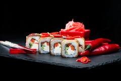 ιαπωνικός παραδοσιακός κουζίνας Η εκλεκτική εστίαση στα σούσια κυλά τα WI Στοκ Εικόνες