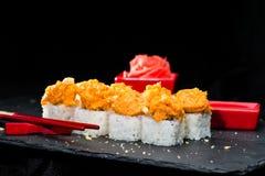 ιαπωνικός παραδοσιακός κουζίνας Η εκλεκτική εστίαση στα σούσια κυλά Στοκ φωτογραφία με δικαίωμα ελεύθερης χρήσης