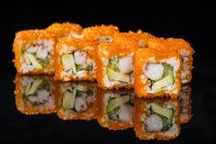 ιαπωνικός παραδοσιακός κουζίνας Νόστιμοι ρόλοι σουσιών με το ρύζι, κρέμα Στοκ Φωτογραφίες