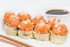 ιαπωνικός παραδοσιακός κουζίνας Νόστιμοι ρόλοι σουσιών με το ρύζι, κρέμα Στοκ φωτογραφία με δικαίωμα ελεύθερης χρήσης