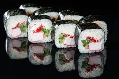 ιαπωνικός παραδοσιακός κουζίνας Νόστιμοι ρόλοι σουσιών με το ρύζι, κρέμα Στοκ εικόνα με δικαίωμα ελεύθερης χρήσης