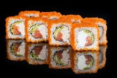 ιαπωνικός παραδοσιακός κουζίνας Νόστιμοι ρόλοι σουσιών με το ρύζι, κρέμα Στοκ εικόνες με δικαίωμα ελεύθερης χρήσης
