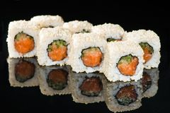 ιαπωνικός παραδοσιακός κουζίνας Νόστιμοι ρόλοι σουσιών με το ρύζι, κρέμα Στοκ φωτογραφίες με δικαίωμα ελεύθερης χρήσης