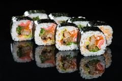 ιαπωνικός παραδοσιακός κουζίνας Νόστιμοι ρόλοι σουσιών με το ρύζι, κρέμα Στοκ Εικόνα