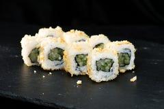 ιαπωνικός παραδοσιακός κουζίνας Ορεκτικοί ρόλοι σουσιών με το cucum Στοκ φωτογραφία με δικαίωμα ελεύθερης χρήσης