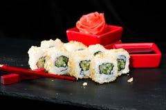 ιαπωνικός παραδοσιακός κουζίνας Ορεκτικοί ρόλοι σουσιών με το cucum Στοκ Φωτογραφίες