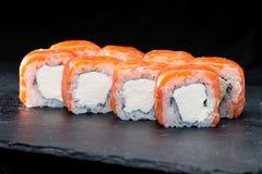 ιαπωνικός παραδοσιακός κουζίνας Ρόλοι σουσιών με το σολομό, κρέμα che Στοκ Φωτογραφίες